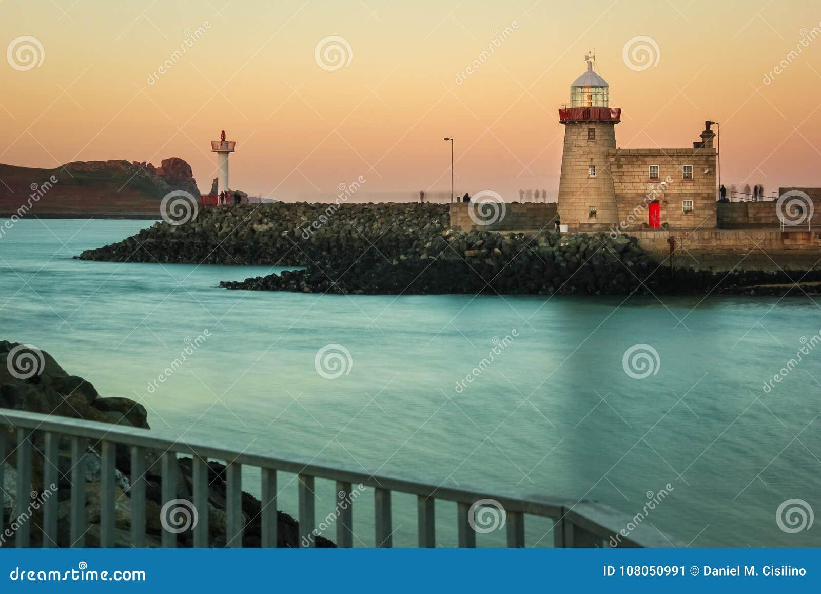 Маяк гавани на заходе солнца Howth dublin Ирландия