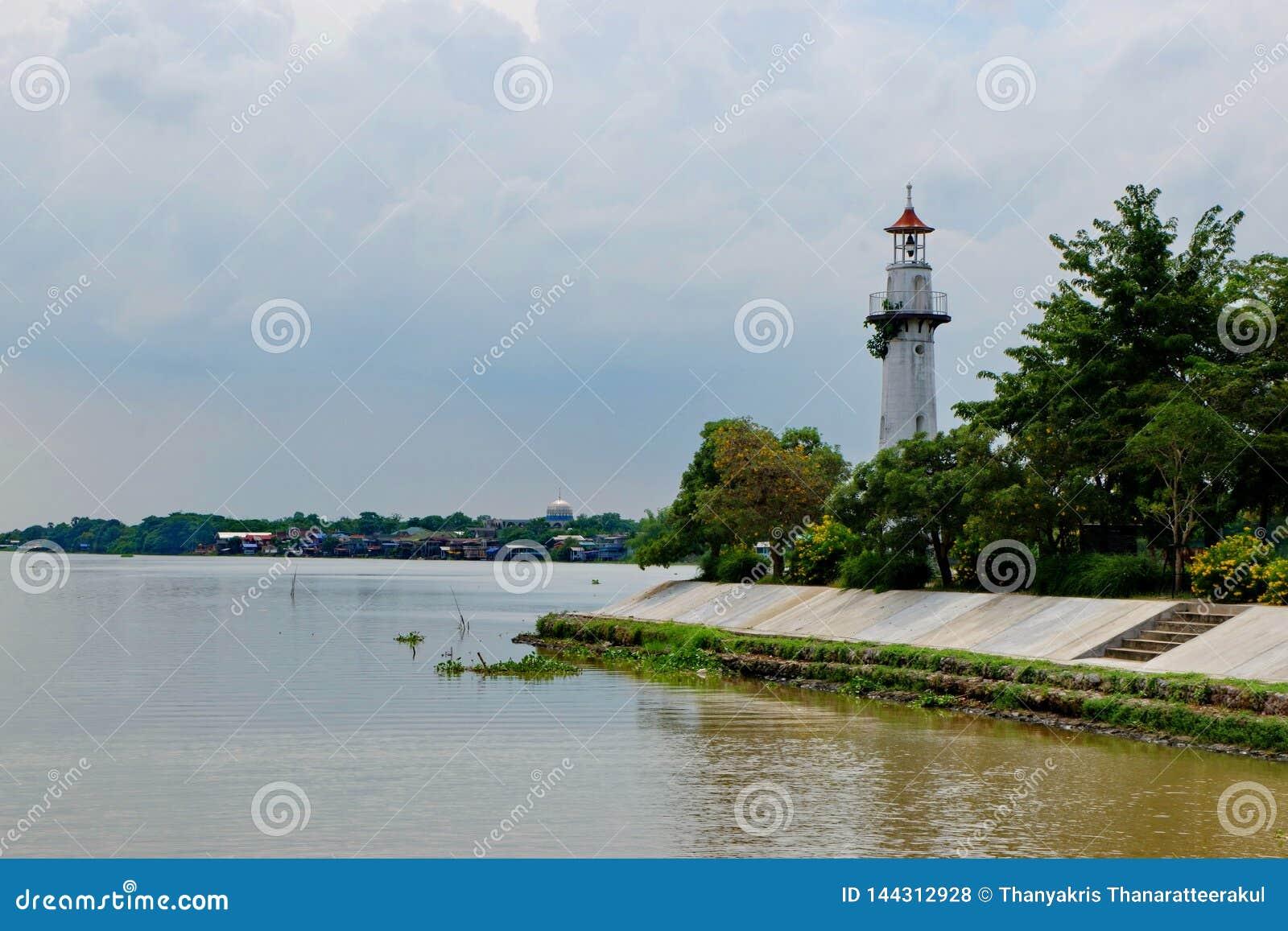 Маяк расположенный вдоль реки