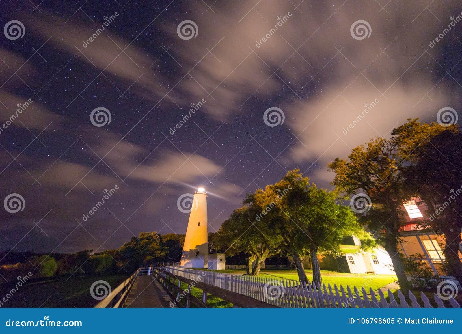Маяк Ocracoke на наружных банках Северной Каролины светя