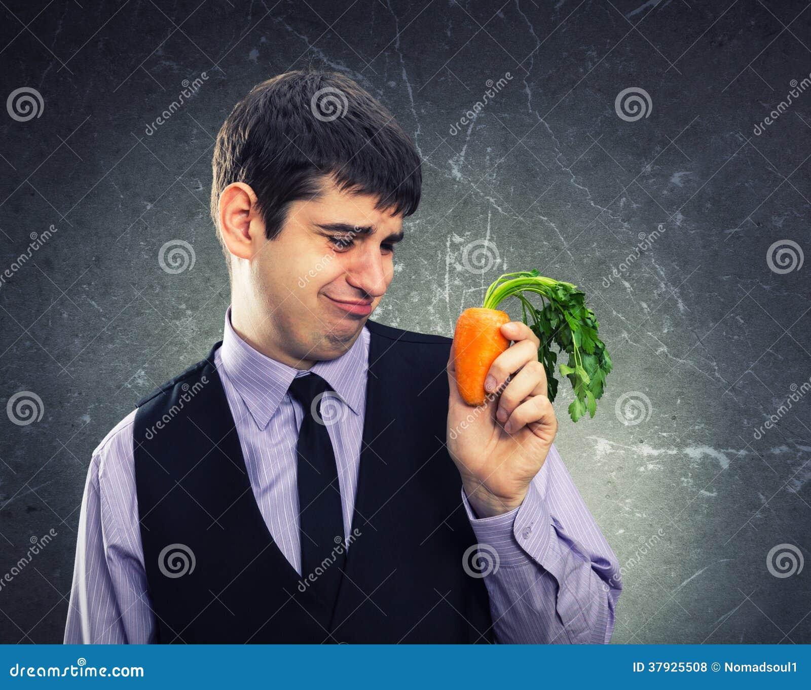 Малая морковь в руке