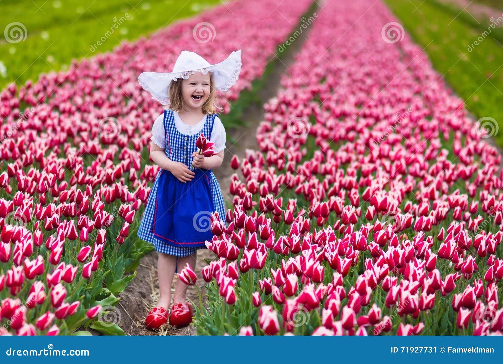 Маленькая голландская девушка в поле тюльпана