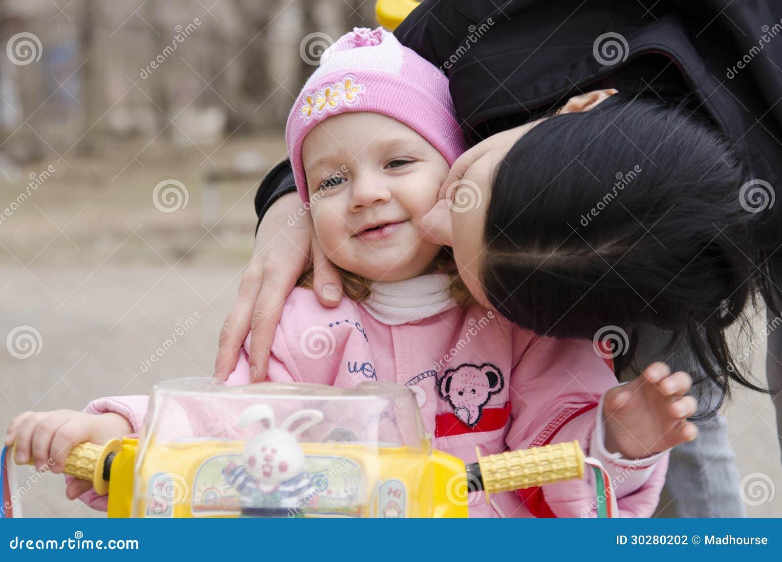 Девочка всосала