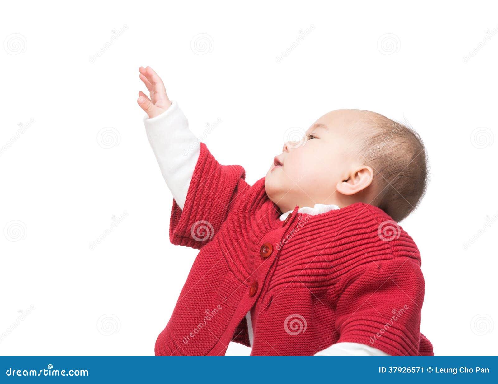 Маленькая девочка вытягивая руку вверх