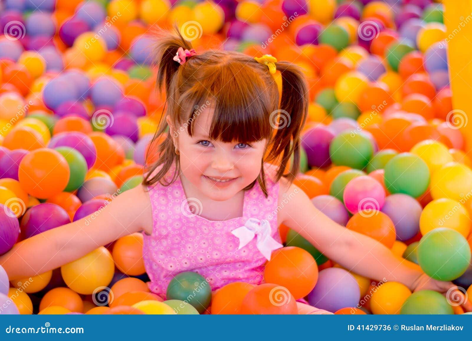 Маленькая девочка в комнате игры детей