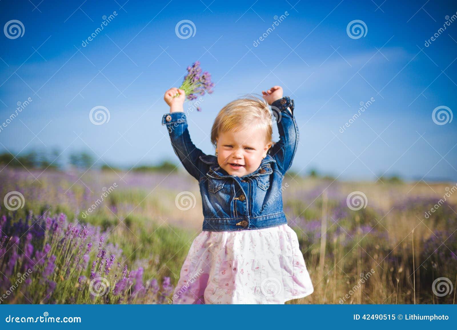 Маленькая девочка в поле лаванды