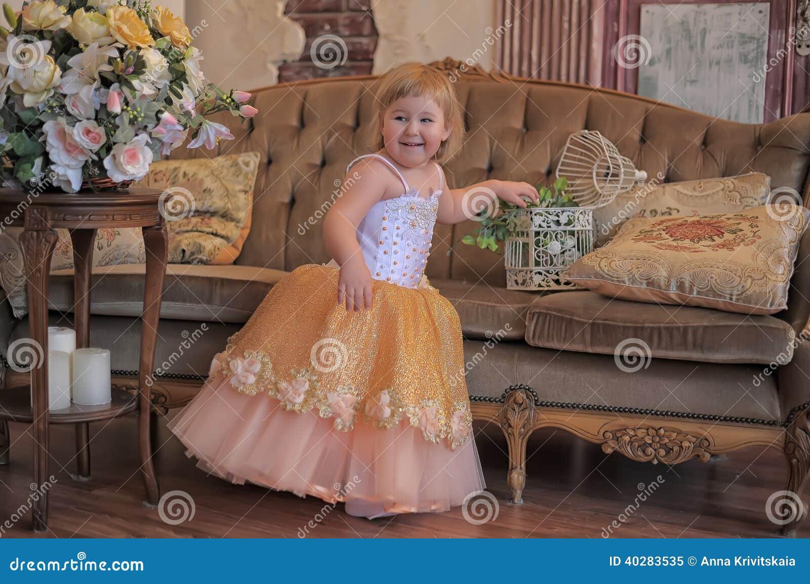 Маленькая девочка в сочном желтом цвете с белым платьем