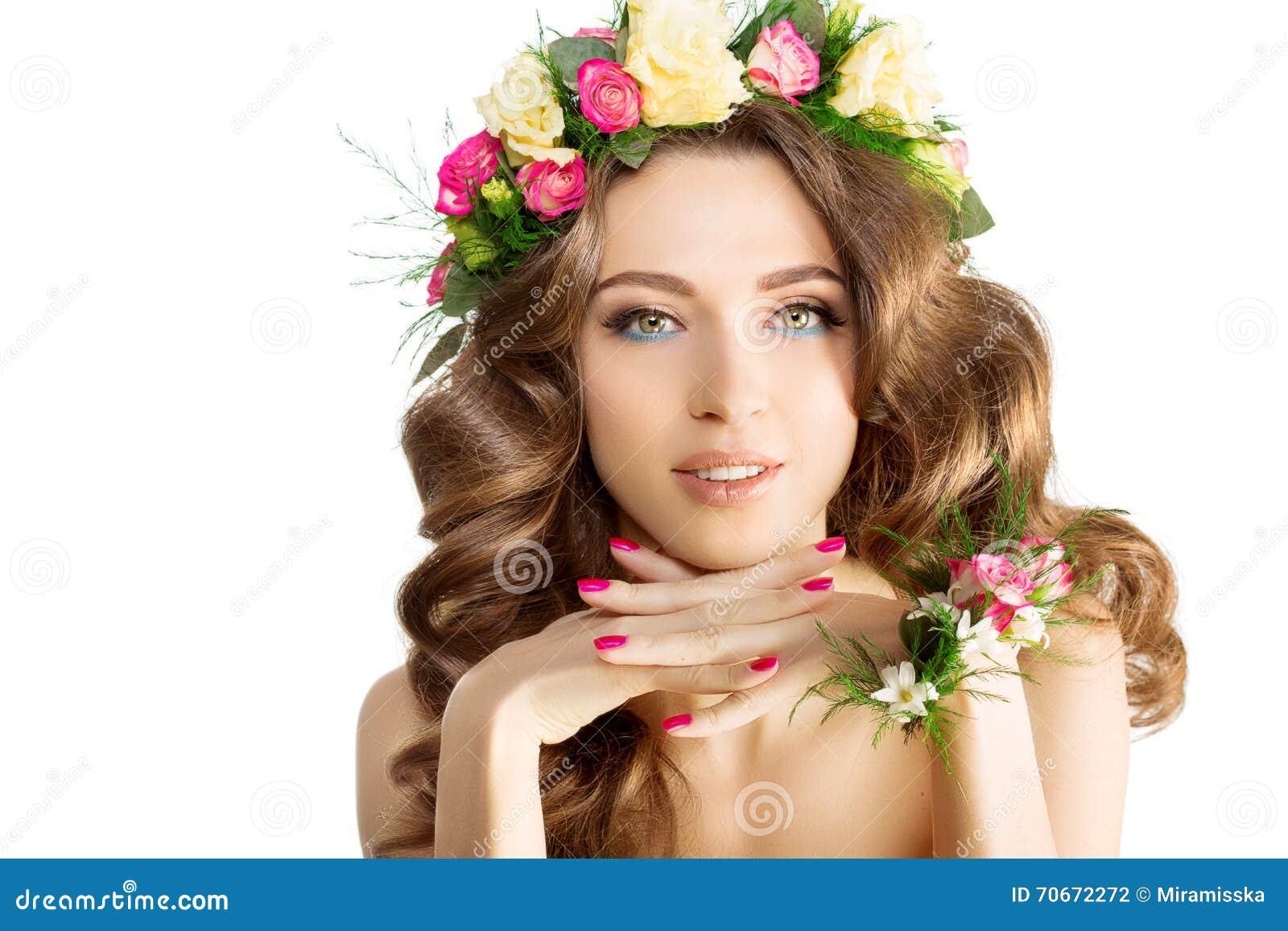 Маленькая девочка женщины весны цветет красивый модельный браслет венка
