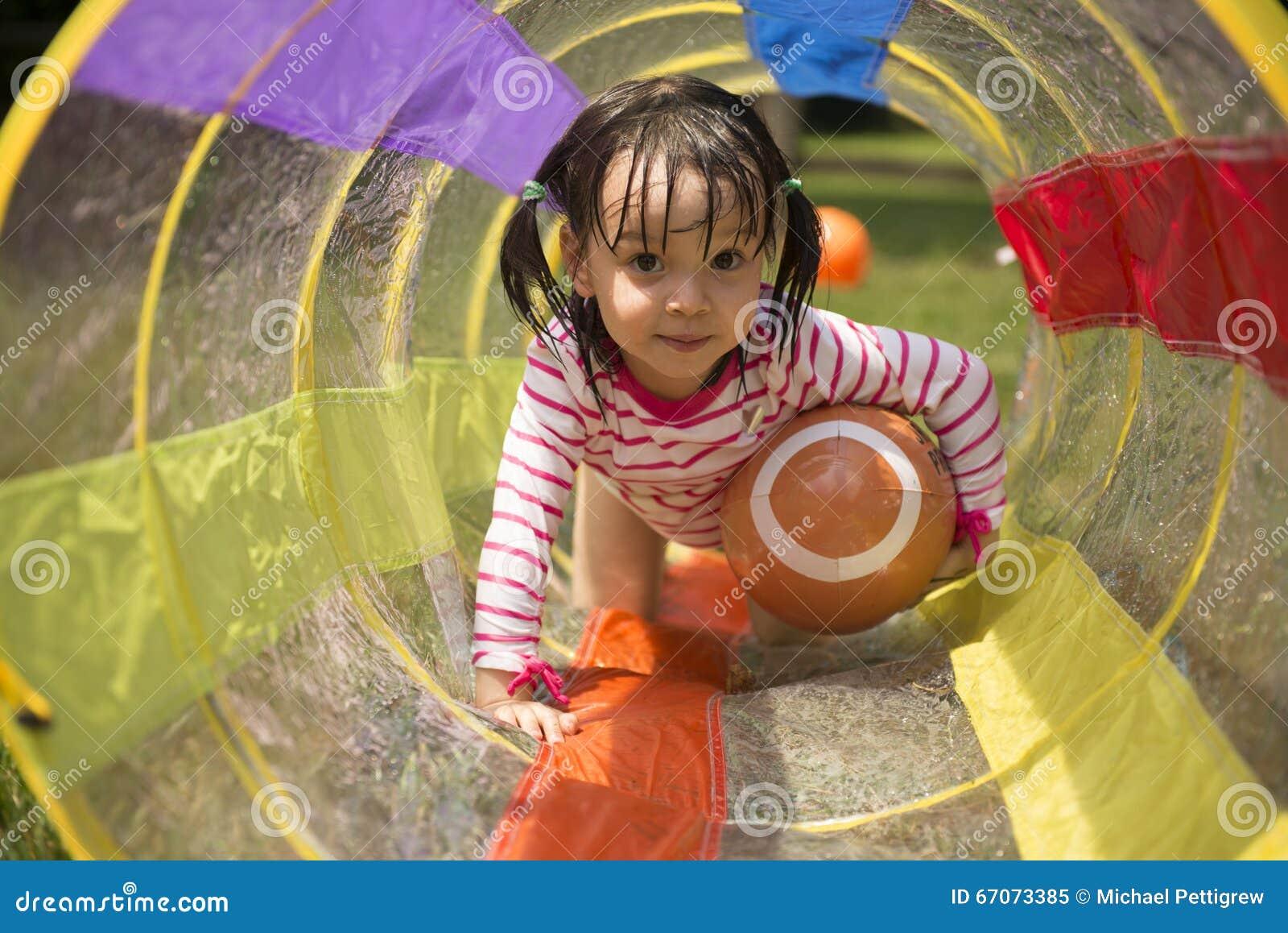 Маленькая девочка играя в задворк