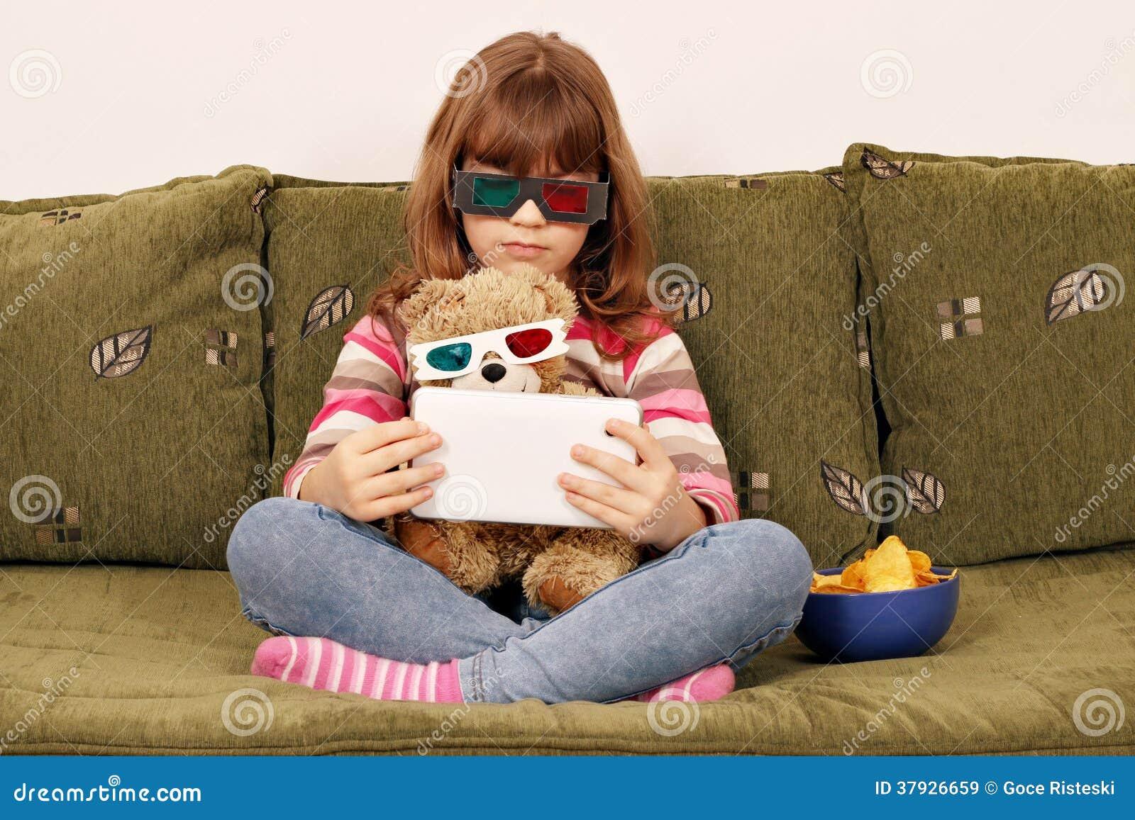 Маленькая девочка и плюшевый медвежонок с стеклами 3d