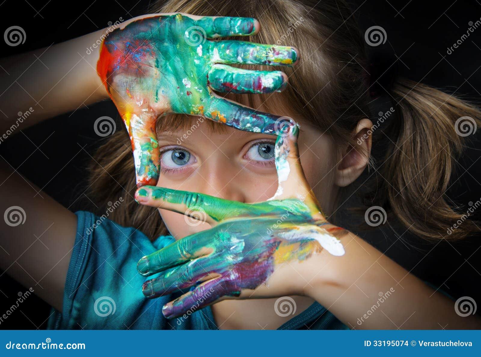 Маленькая девочка и цвета