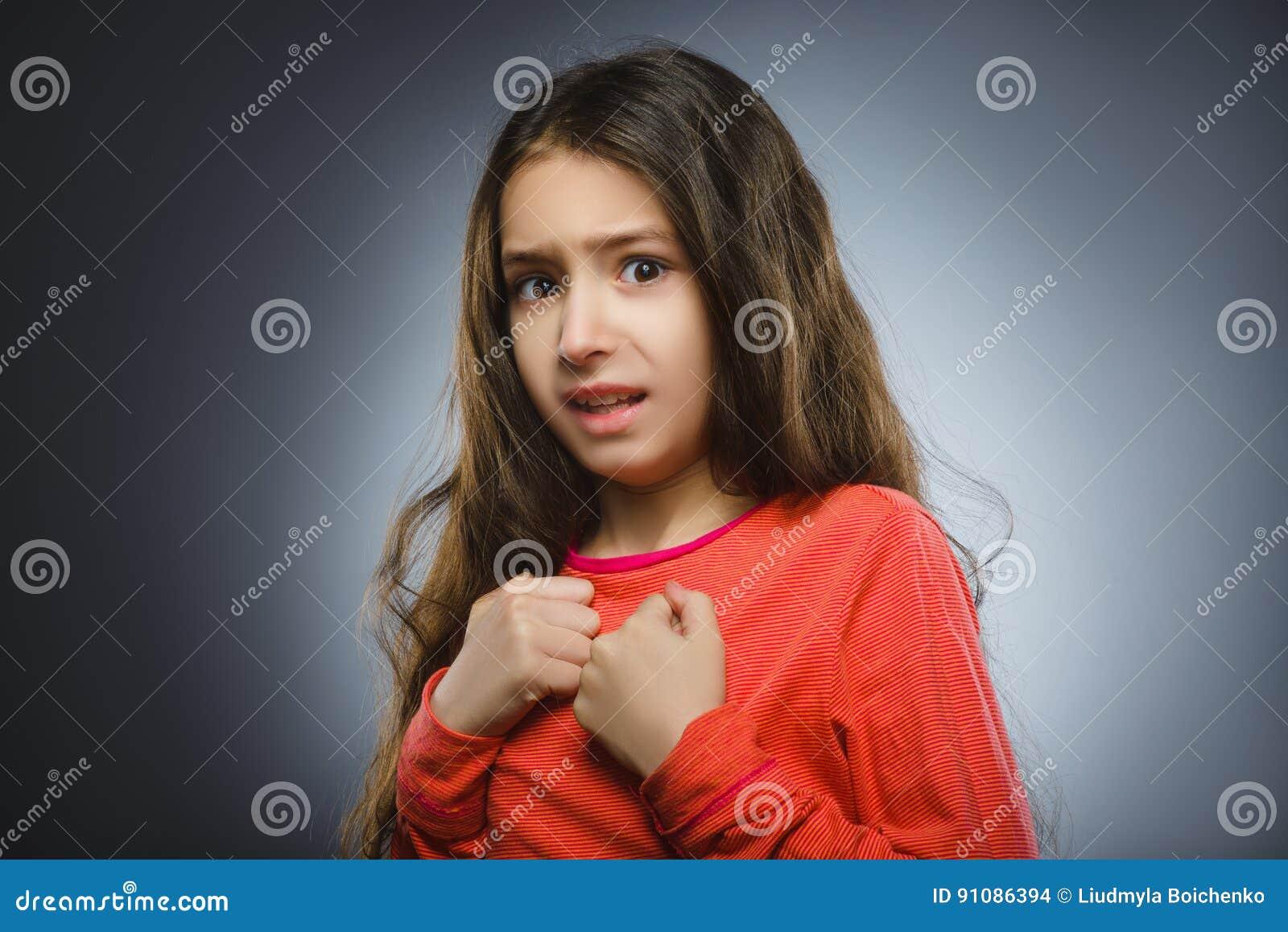 Маленькая девочка крупного плана вспугнутая и сотрясенная Человеческое выражение стороны эмоции