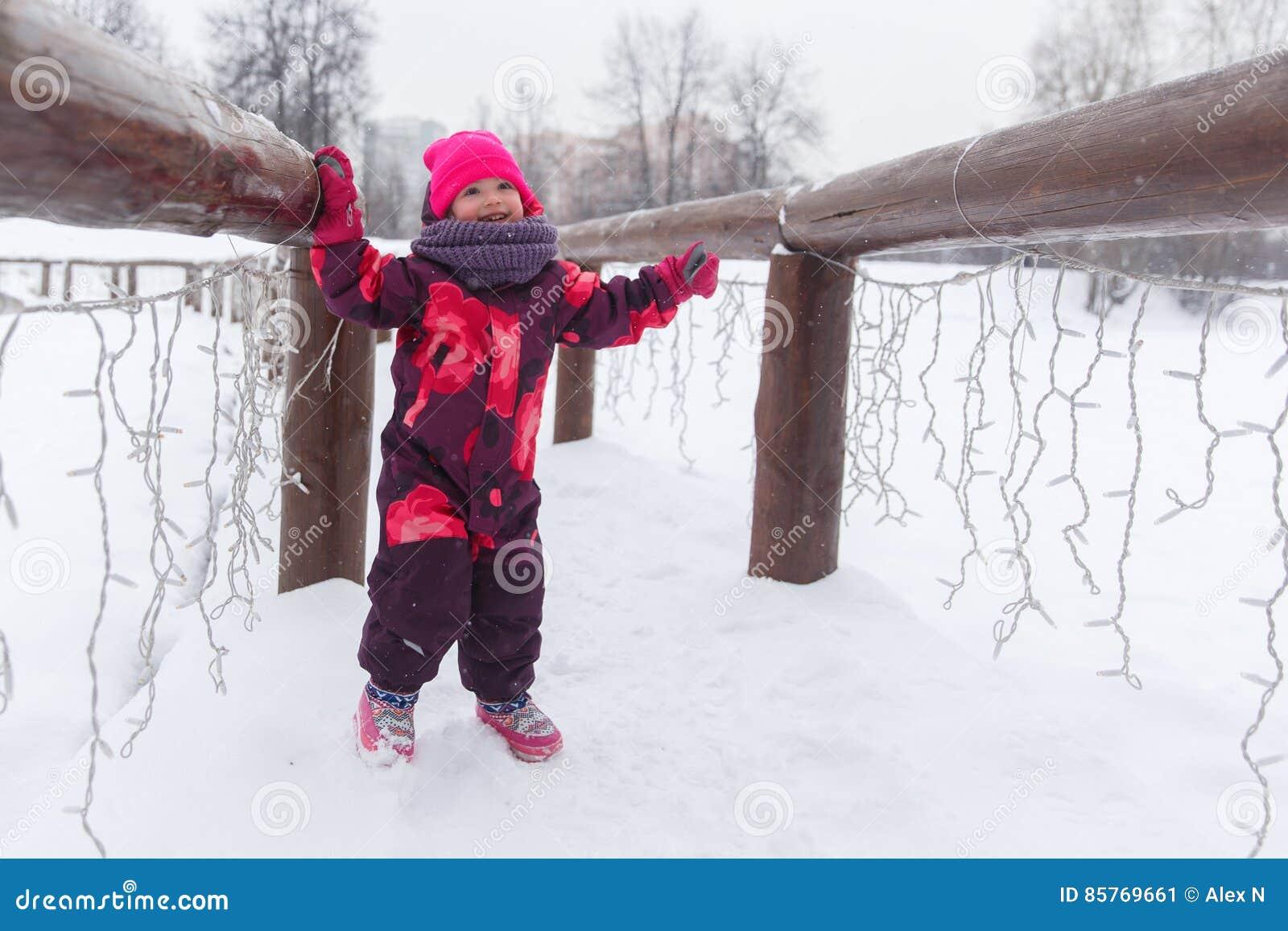 Маленькая девочка на снежном мосте