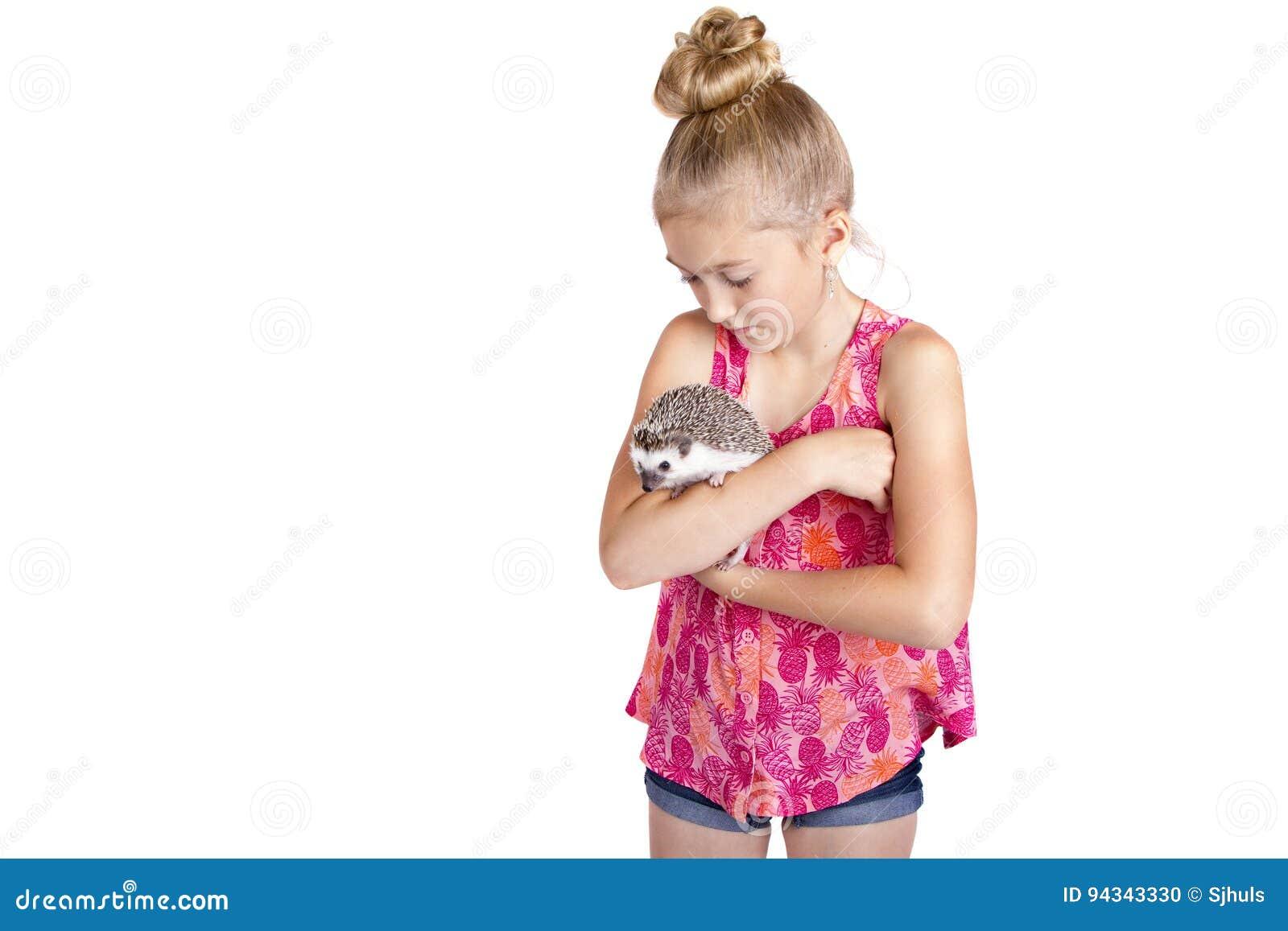 Маленькая девочка обнимая ее ежа любимчика,