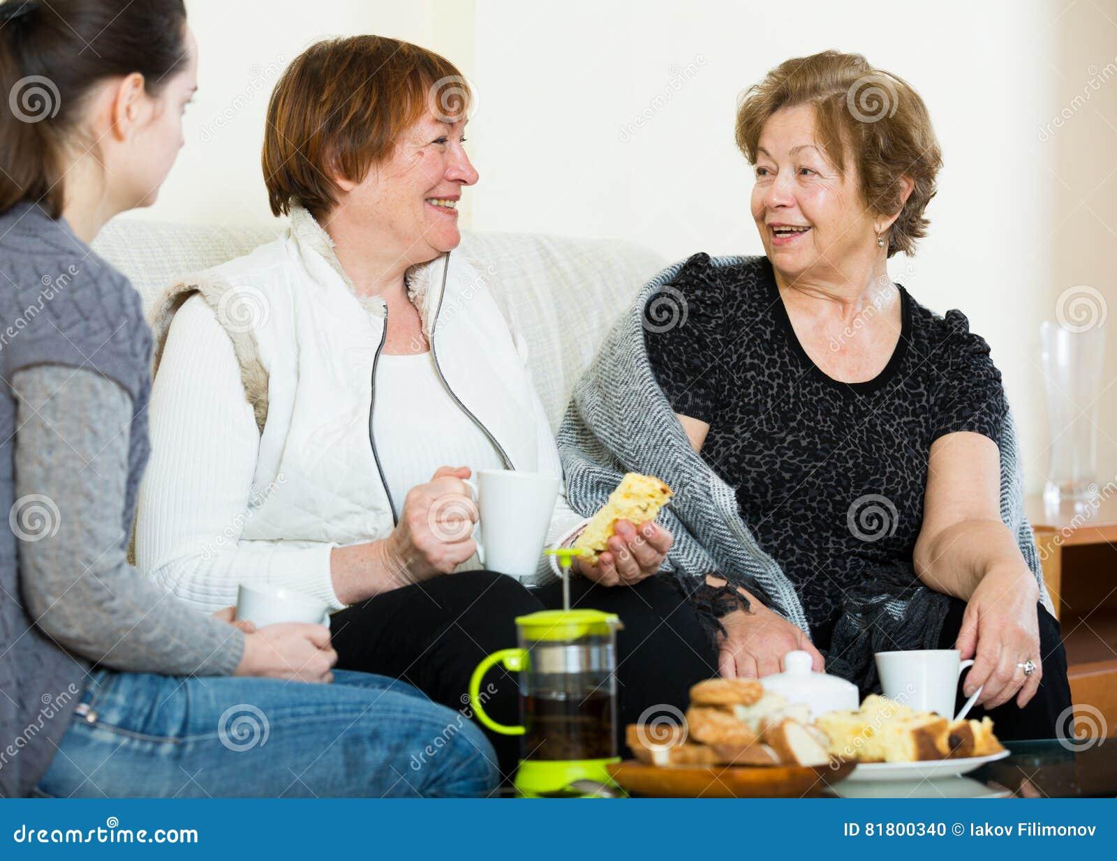 Маленькая девочка оплачивая посещение к старшим бабушкам