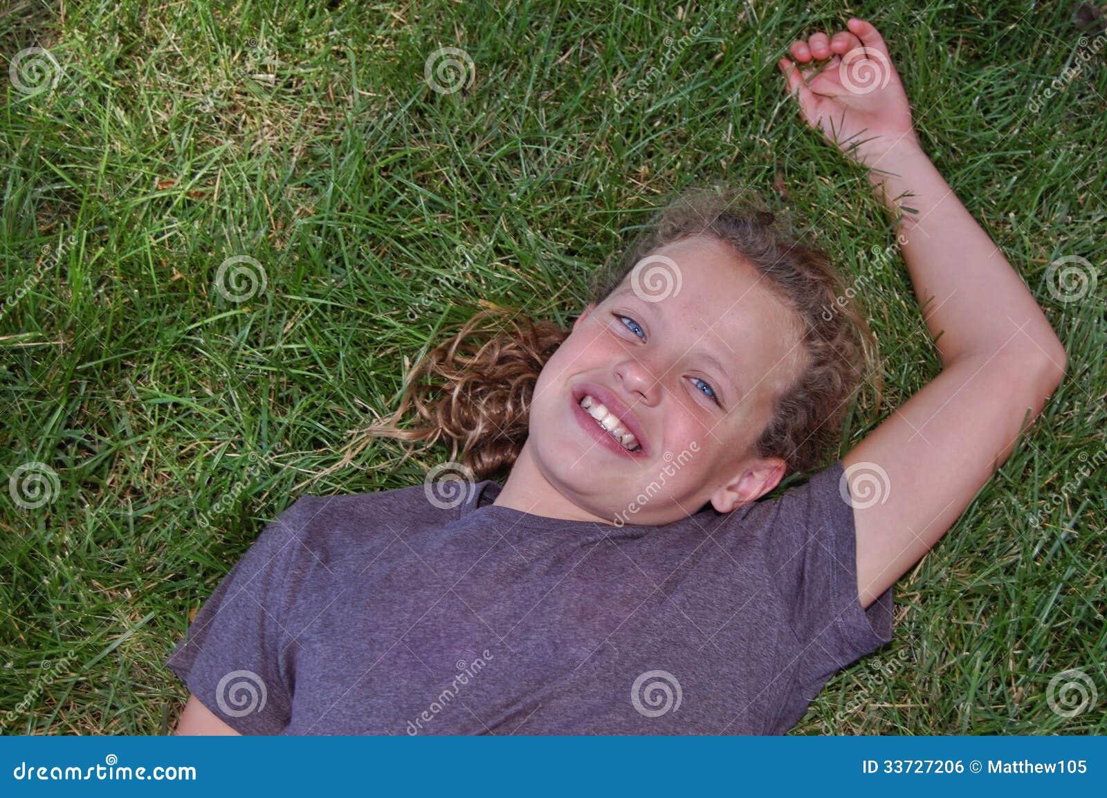 Маленькая девочка ослабляя в траве