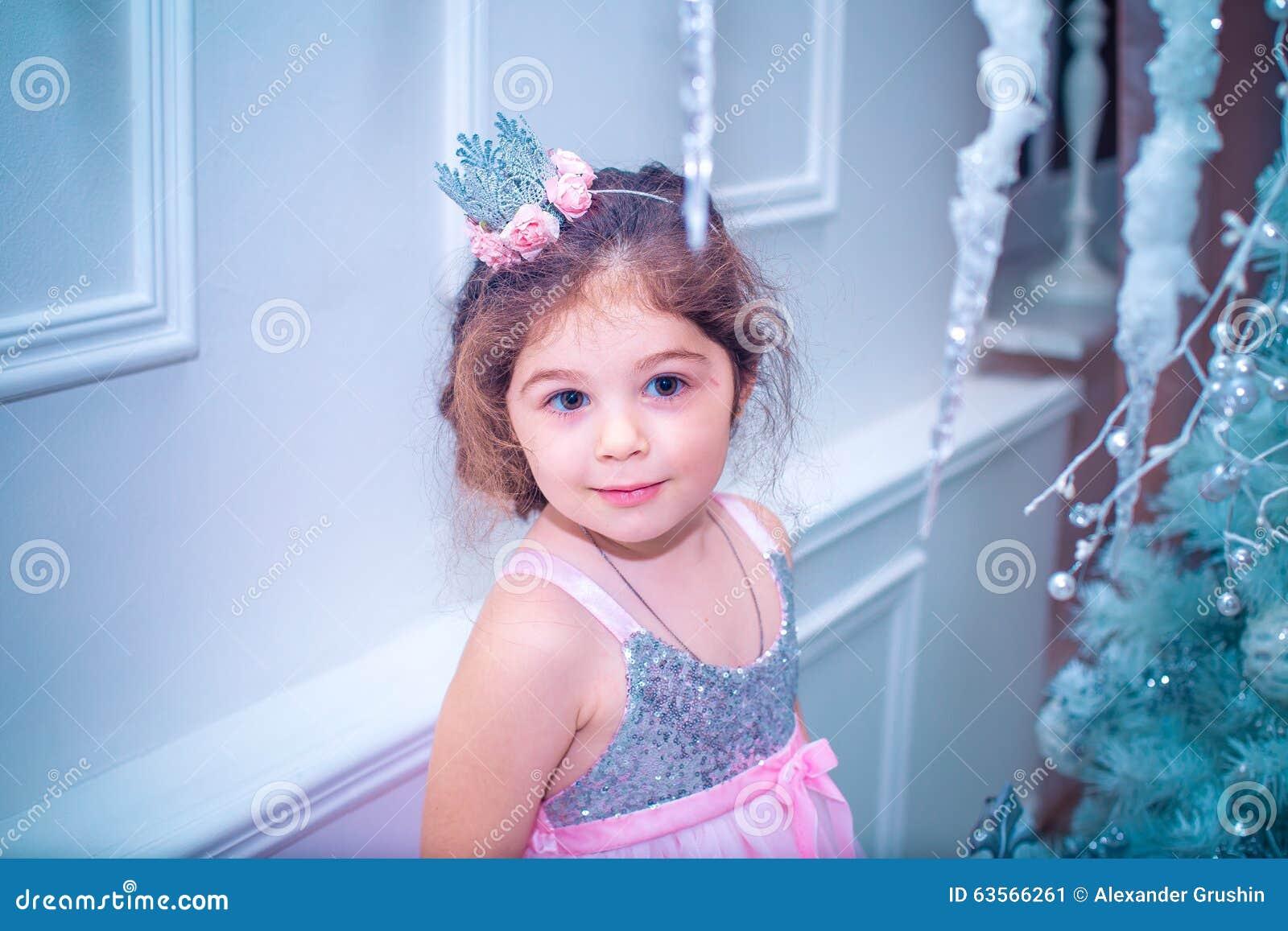 Девочка в красивом платье белом