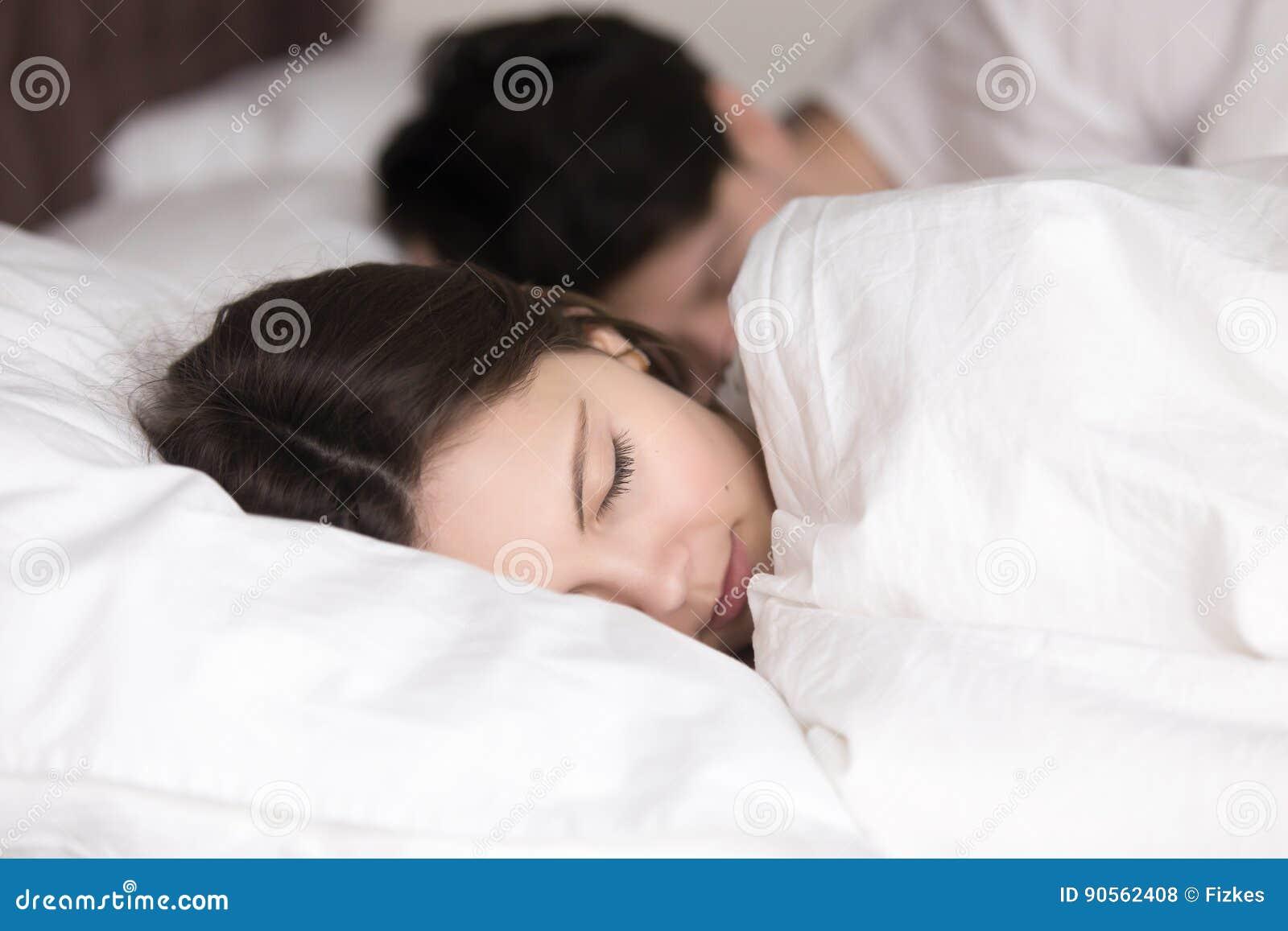 с парнем при спала