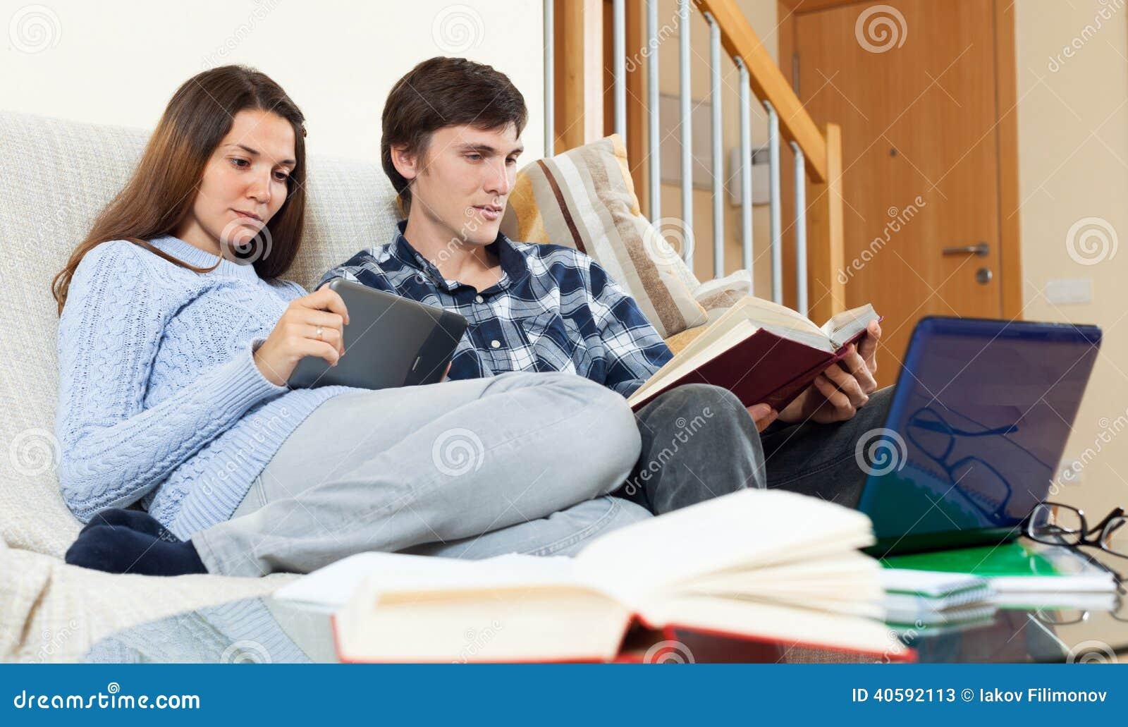 Маленькая девочка при парень студента уча для рассмотрений совместно