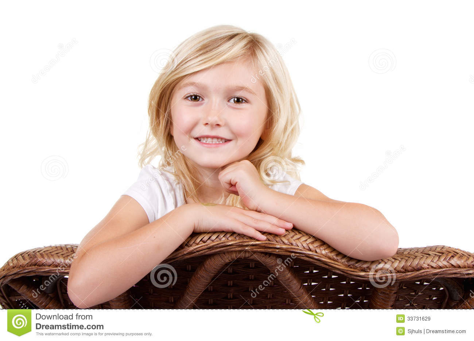 Маленькая девочка сидя на стуле