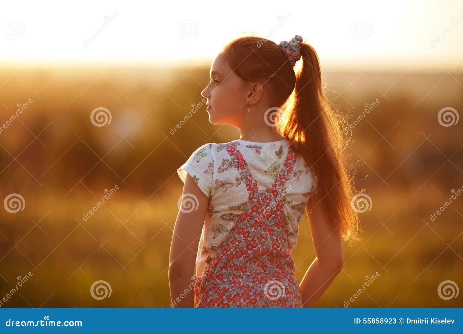 Маленькая девочка смотрит в расстояние