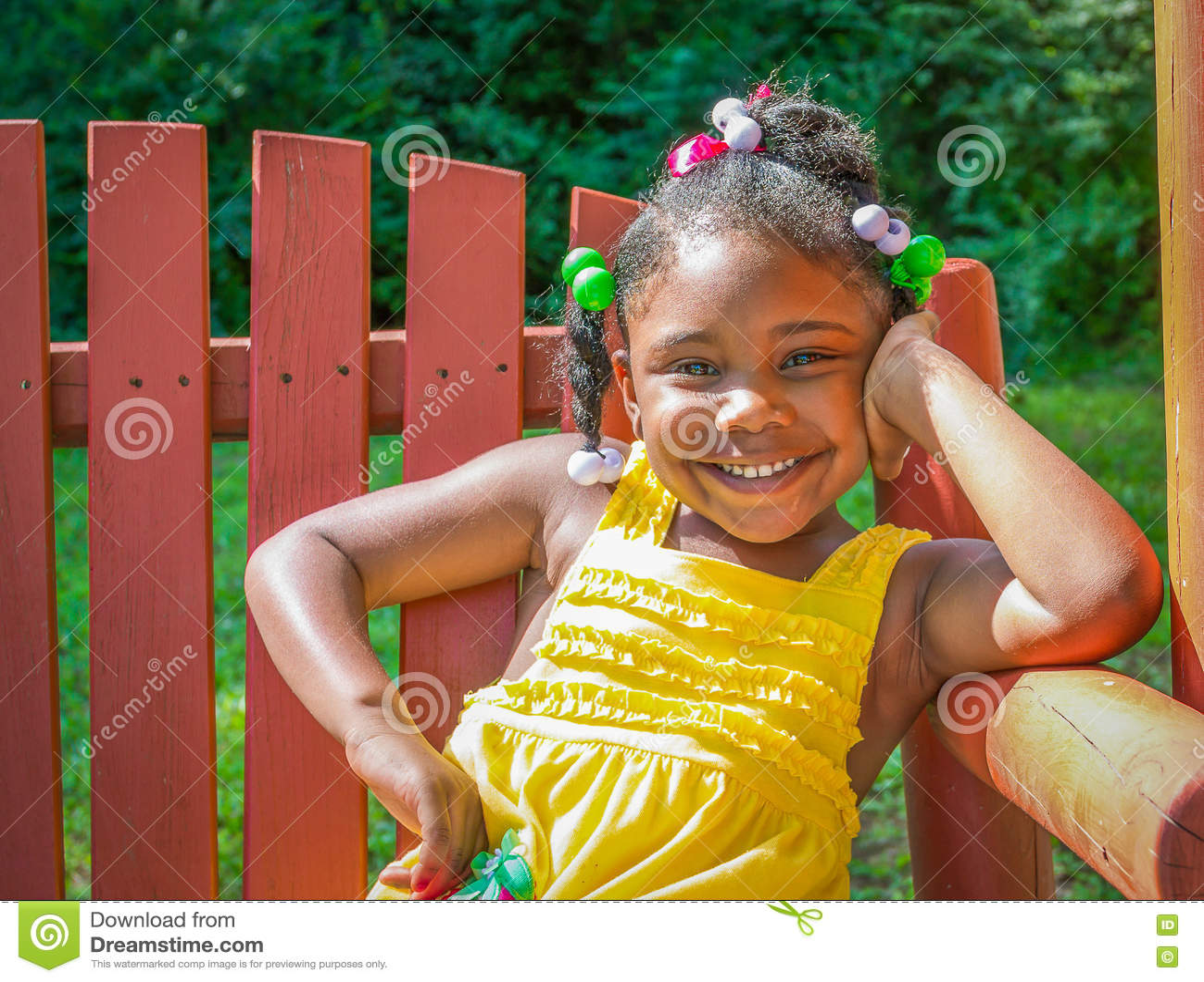 Маленькая девочка с взрослой улыбкой