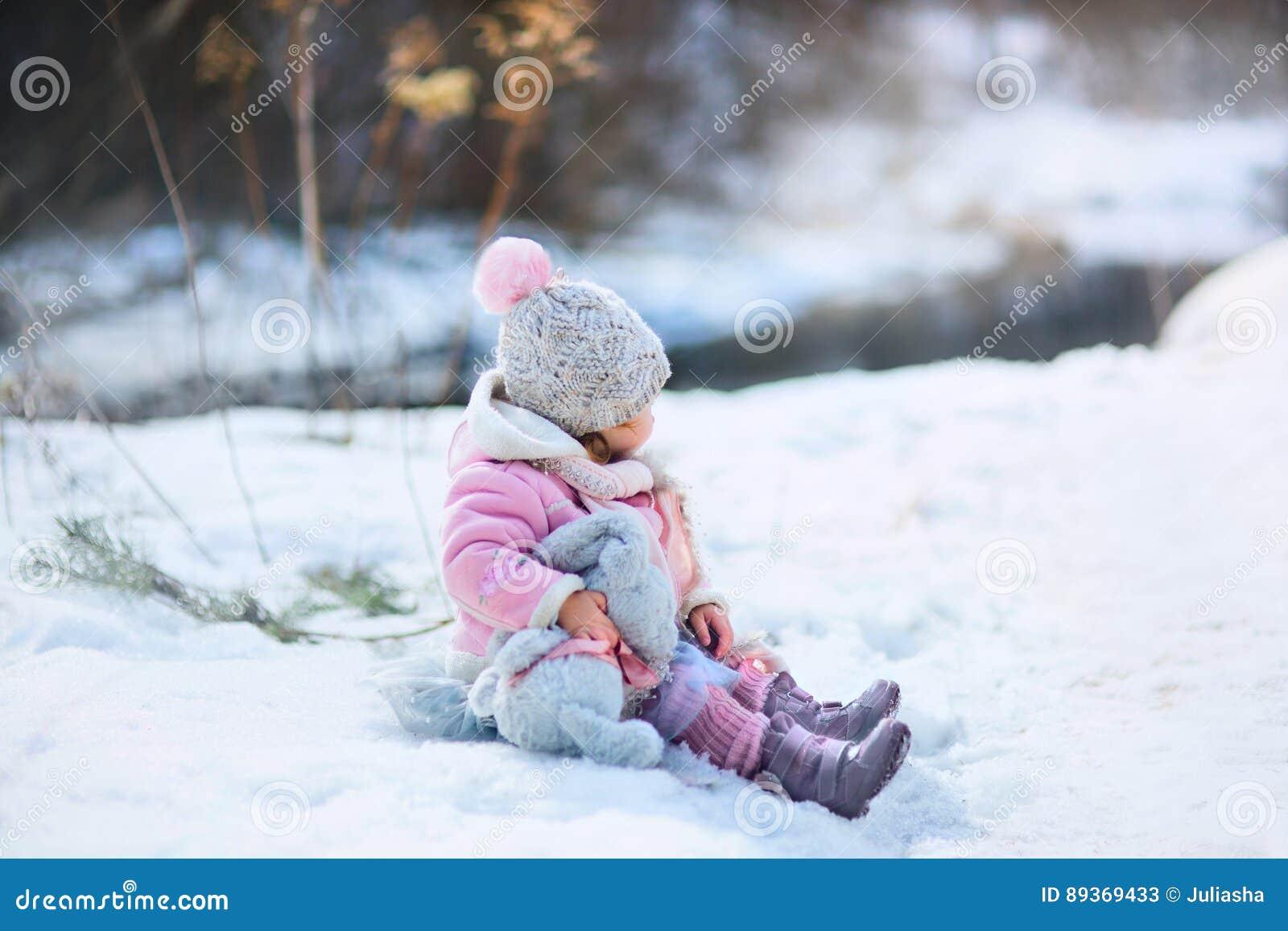 Маленькая девочка с зайчиком плюша