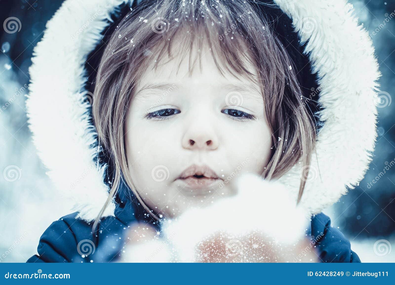 Маленькая девочка с снегом