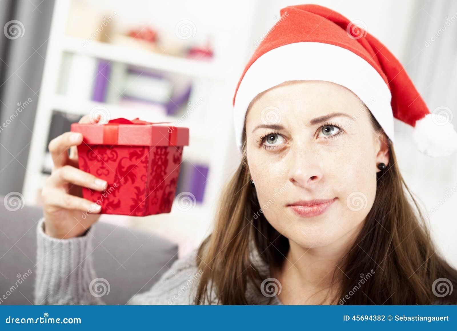 Маленькая девочка хочет угадать подарок рождества