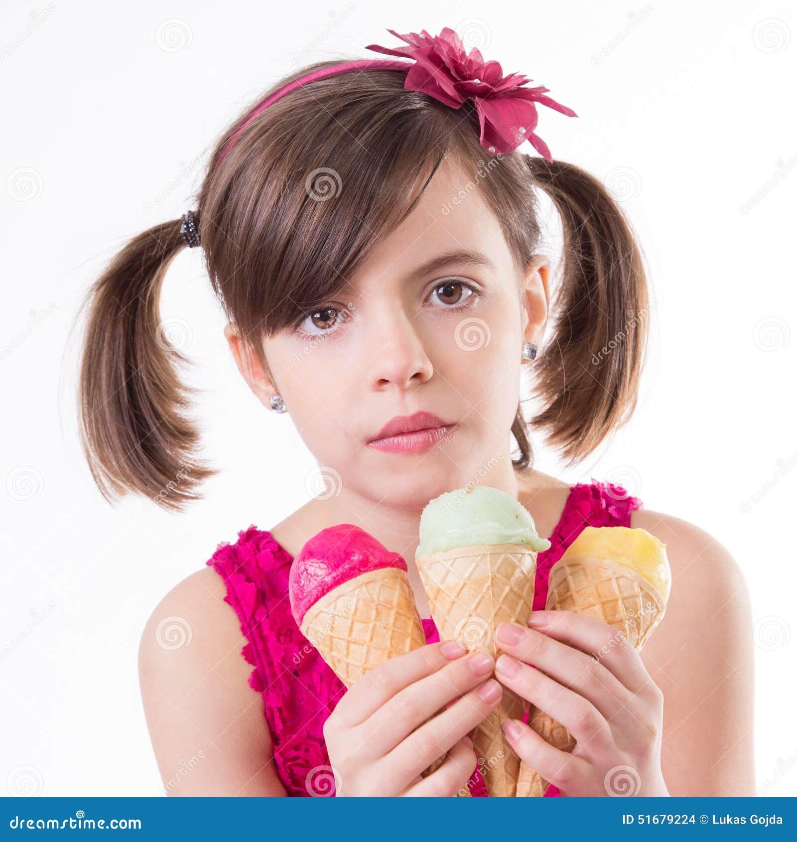 Маленькая милая девушка с мороженым над белизной