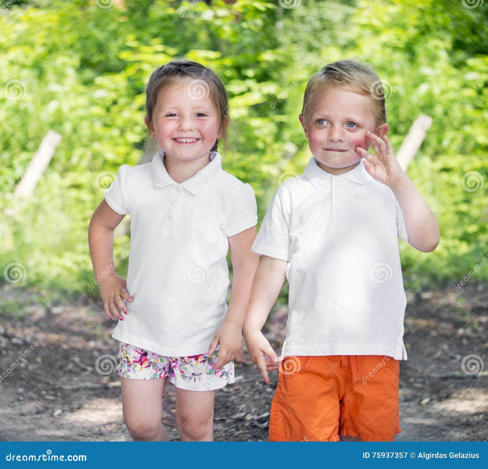 Маленькие брат и сестра близнецов в парке