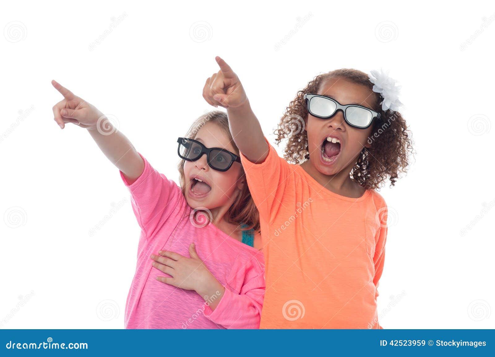 Маленькие девочки указывая прочь