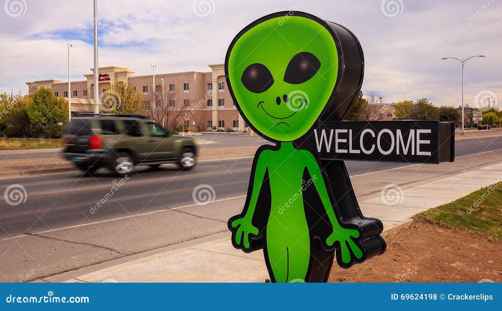 Маленькие зеленые чужеземец и положительный знак в Roswell, Неш-Мексико