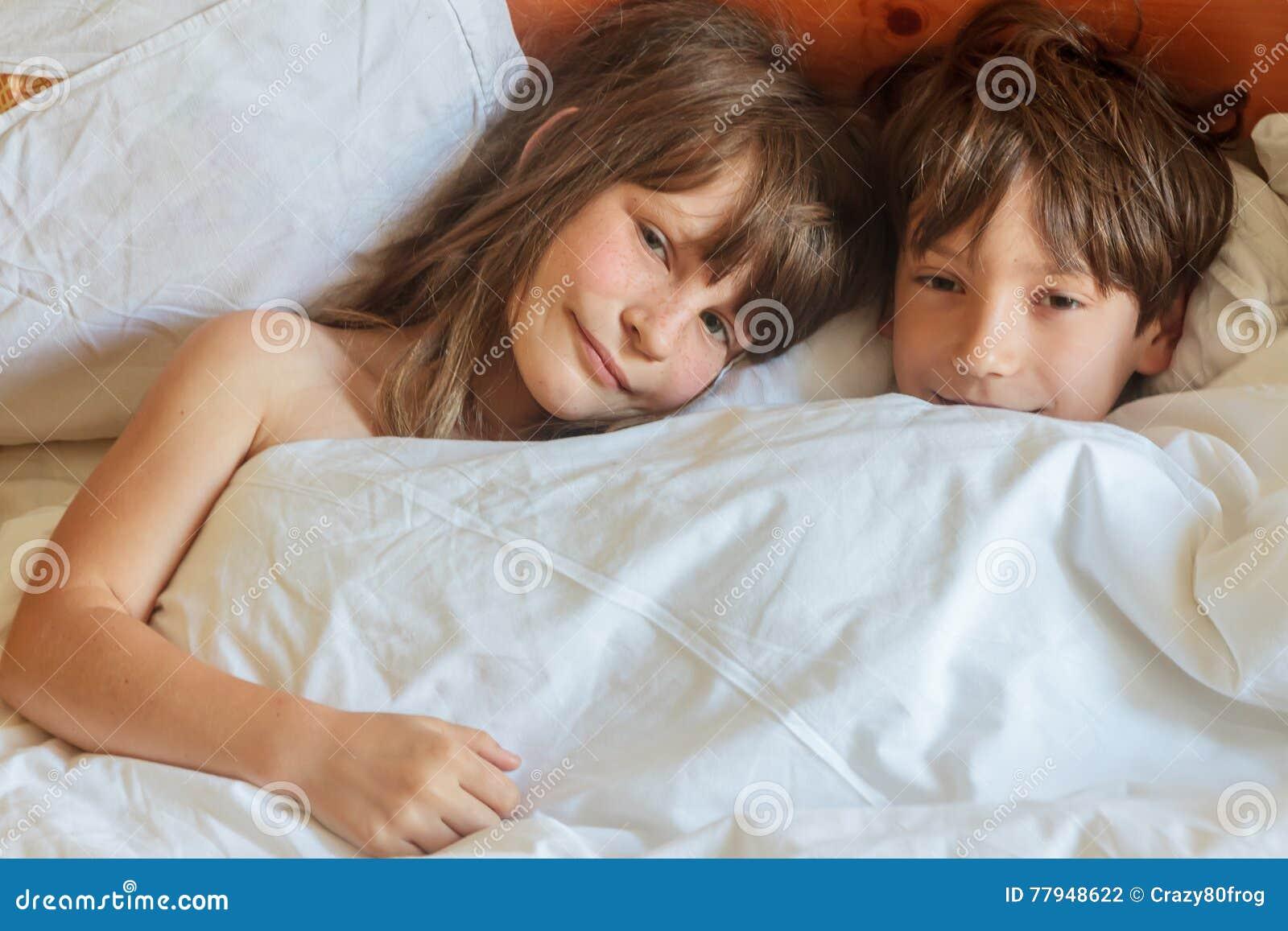сестрой в постели фото с
