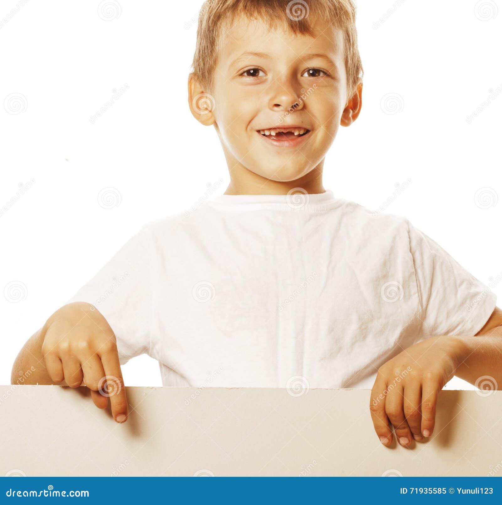 Маленький милый мальчик держа пустое дерьмо к copyspace изолировал близко вверх по показывать усмехаться