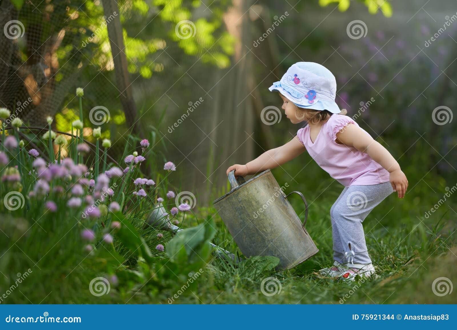 Маленький фермер на работе в саде