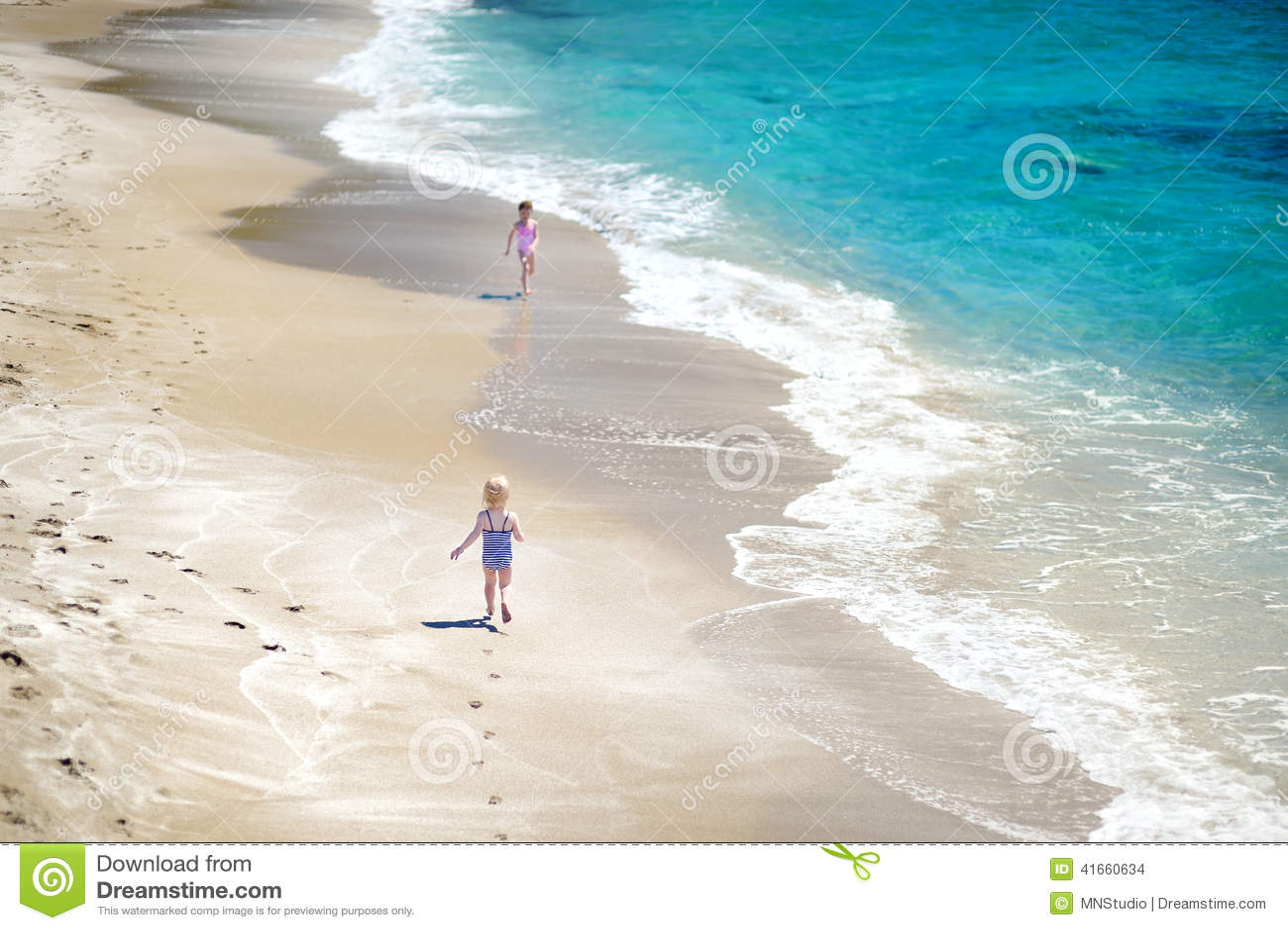 2 маленьких сестры имея потеху на пляже