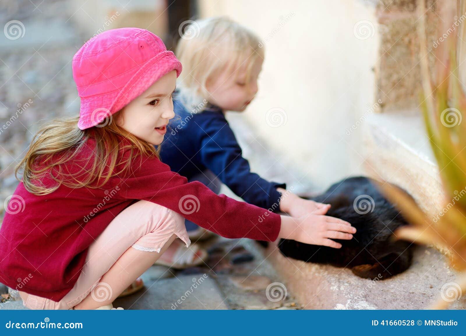 2 маленьких сестры и кот outdoors