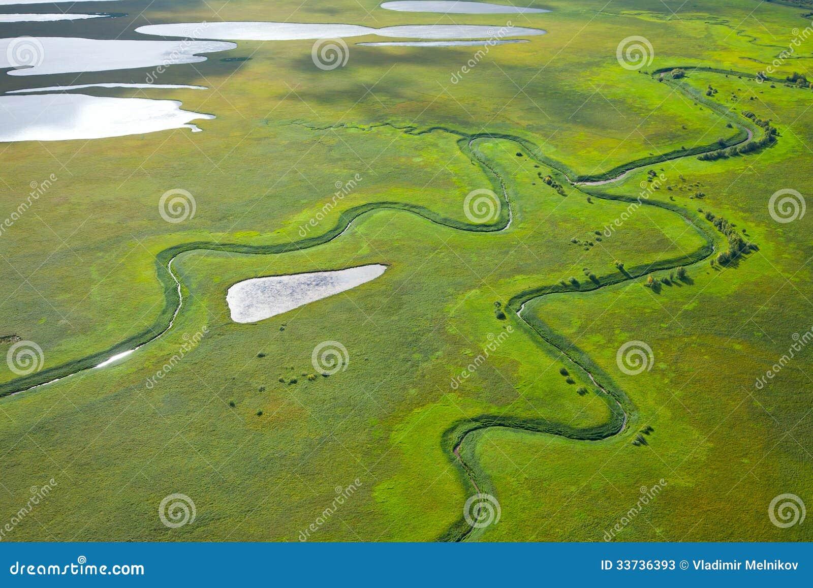 Малое река на зеленом лужке
