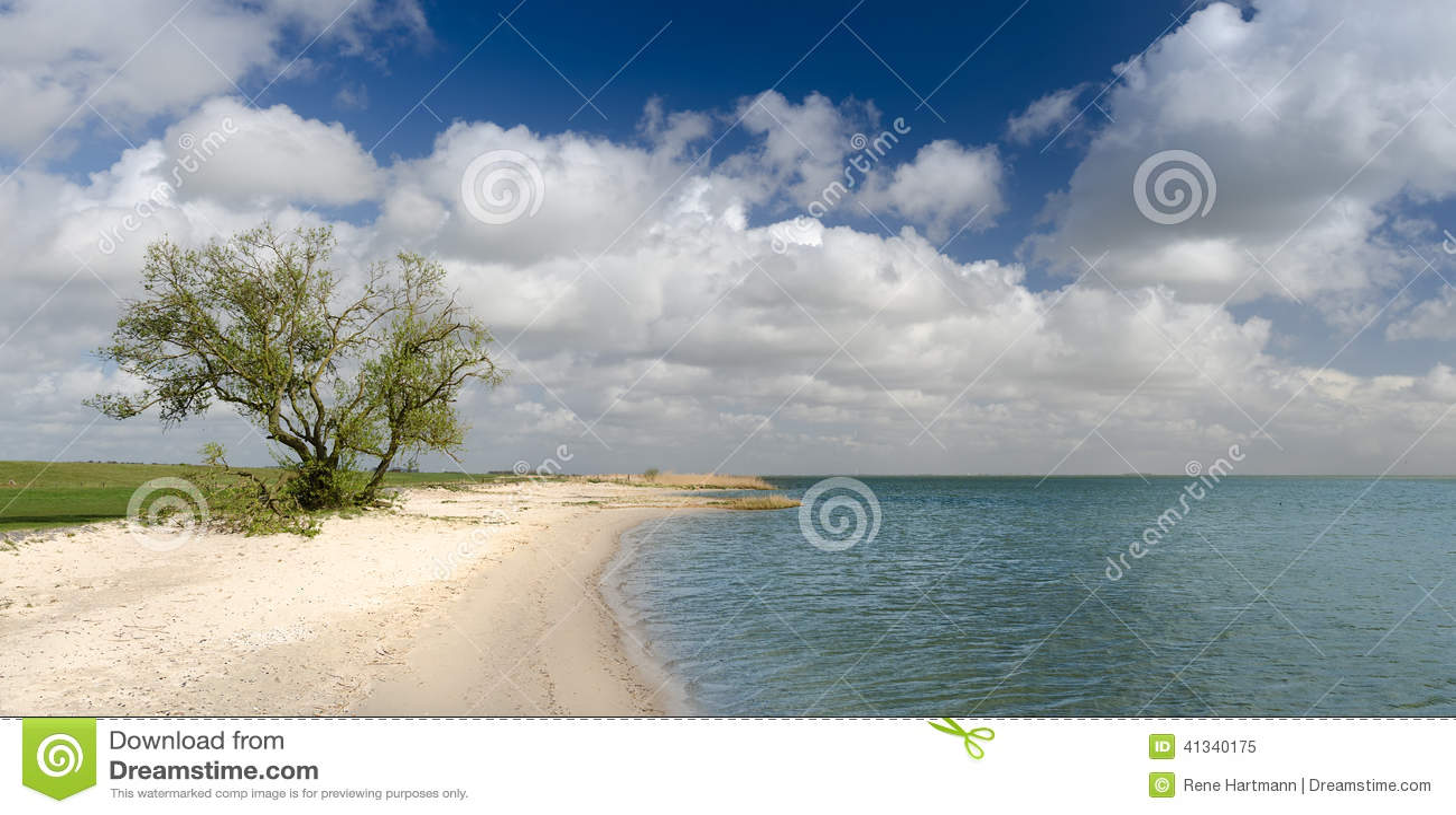 Малый пляж по побережью IJsselmeer, Фрисландия, Голландия