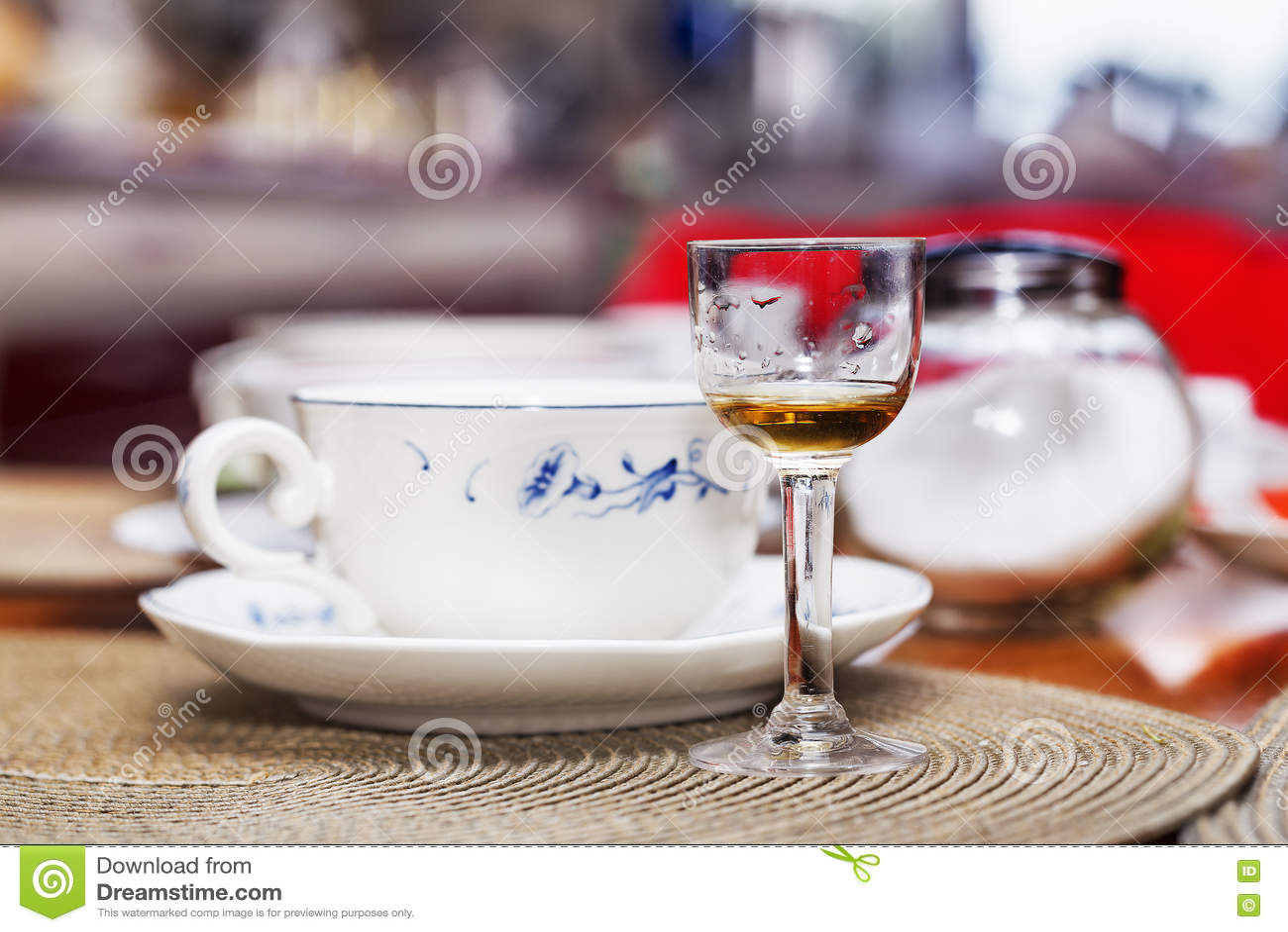 Малый стеклянный calyx с алкогольным напитком на таблице пиршества