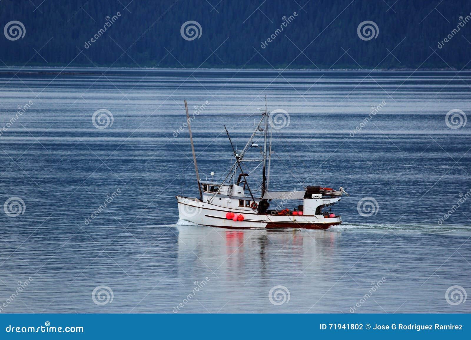 Малый траулер на заливе ледника Аляске