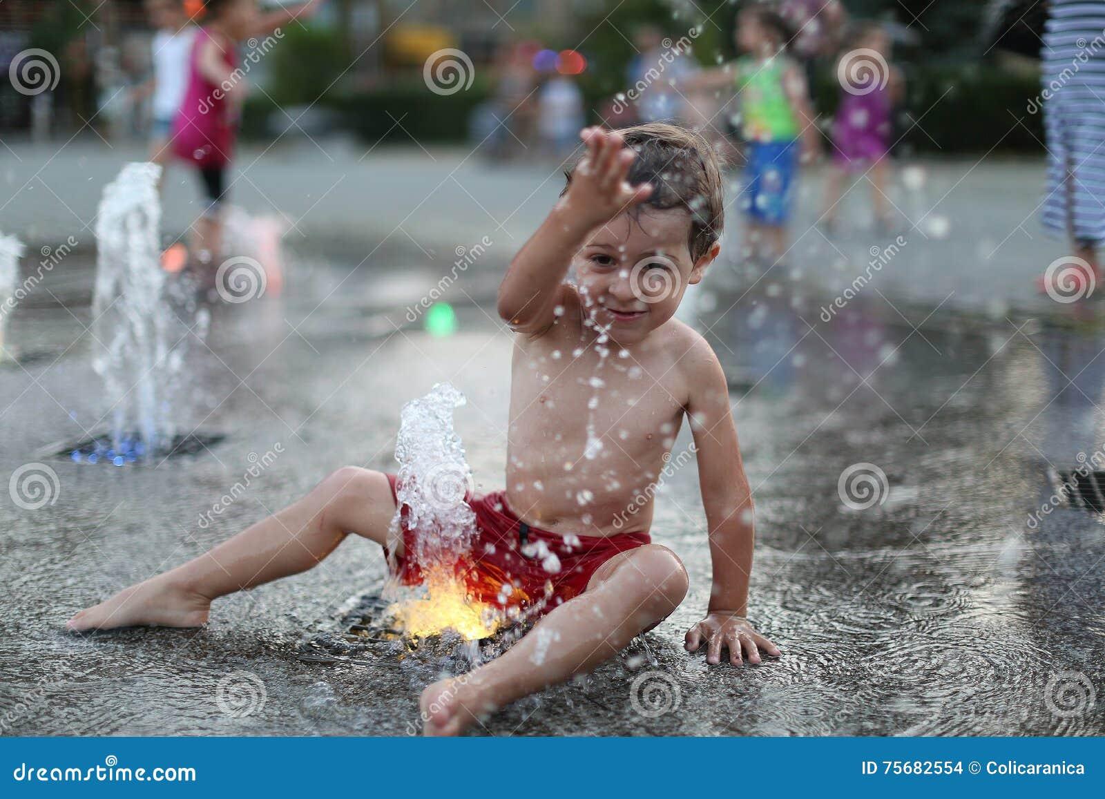 Малыш и брызгая фонтан