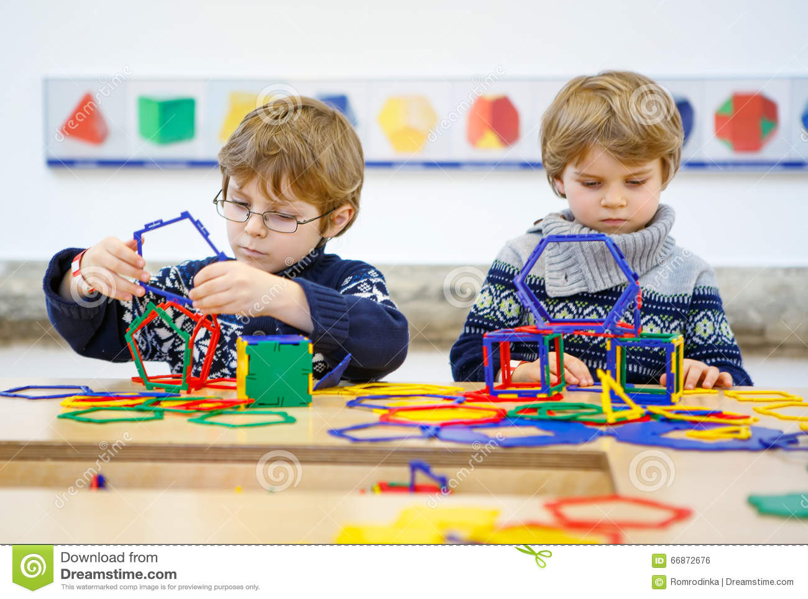 2 мальчика маленького ребенка строя геометрические диаграммы
