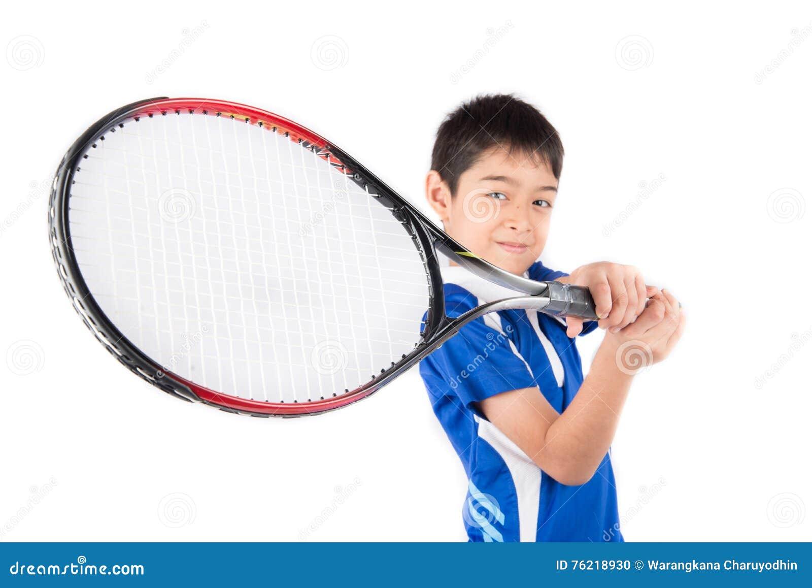 Мальчик играя ракетку тенниса и теннисный мяч в руке