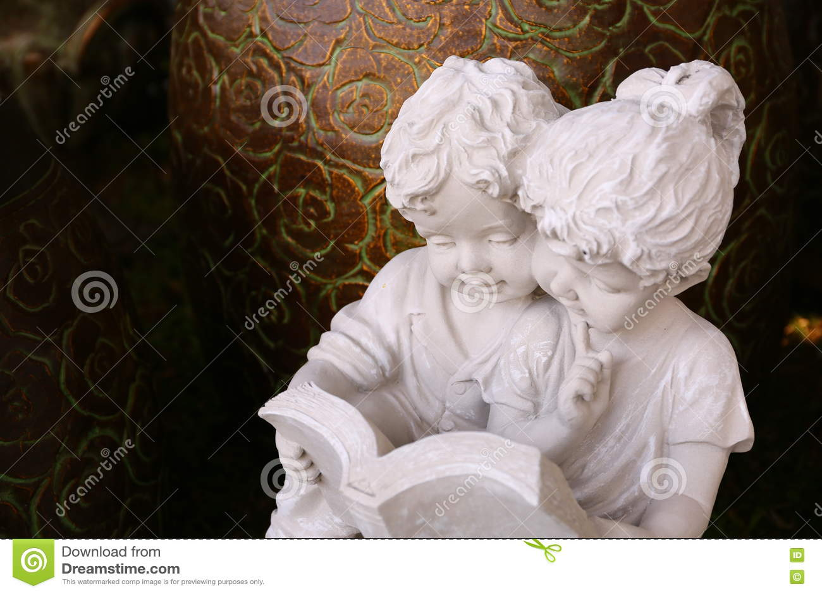 Мальчик и девушка штукатурки