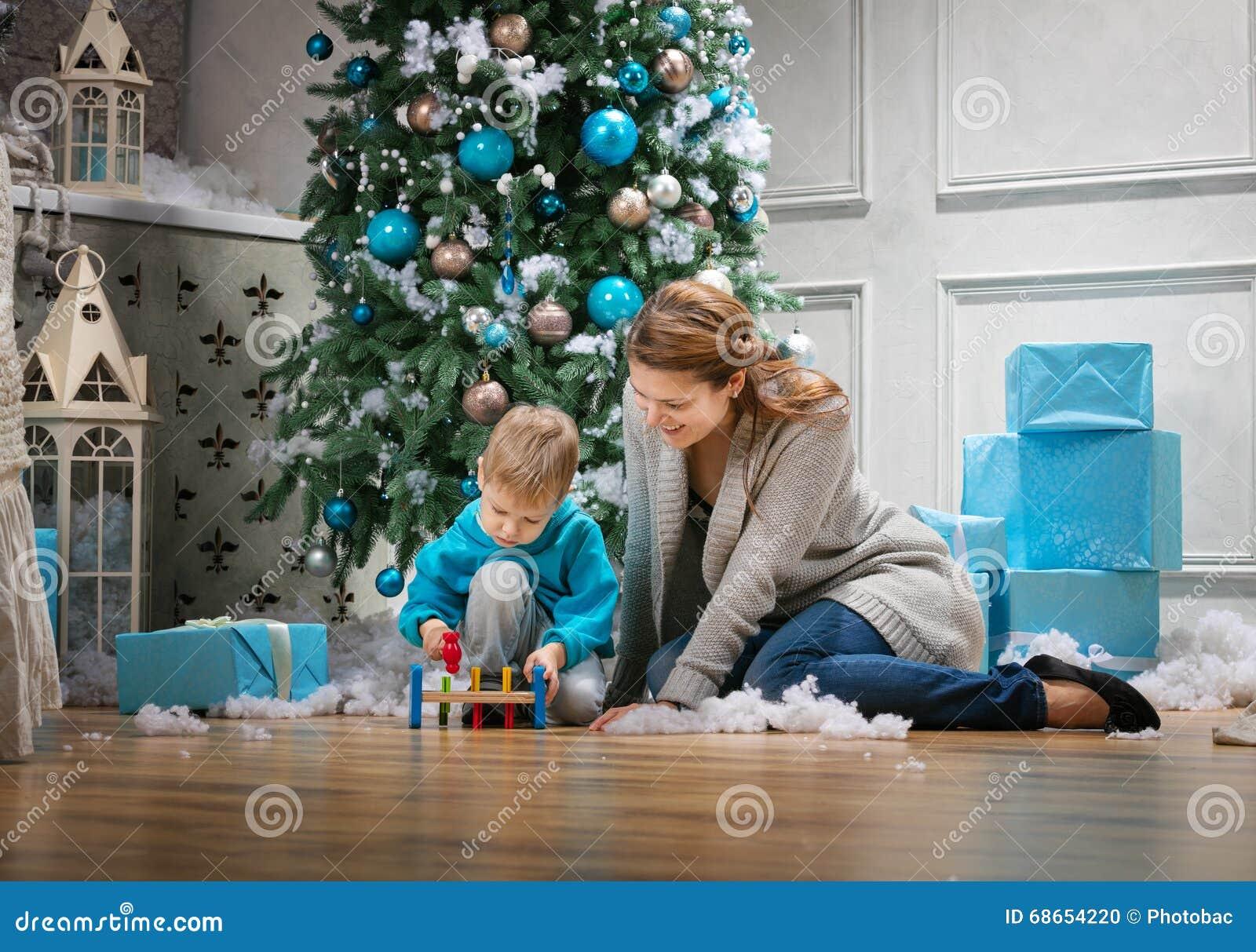 Сын с мамой забавляются фото 213-942
