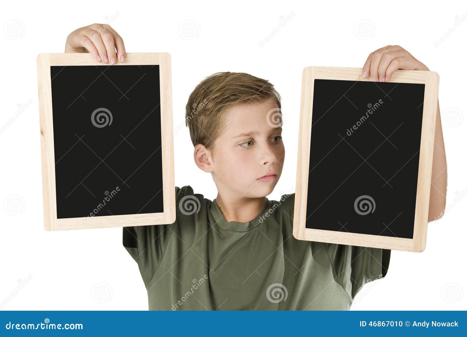 Мальчик между 2 черными досками выпрямляет