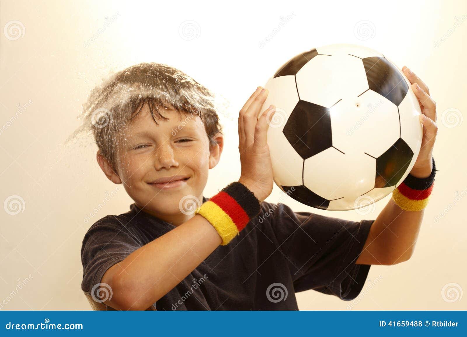 Мальчик наслаждается сыграть