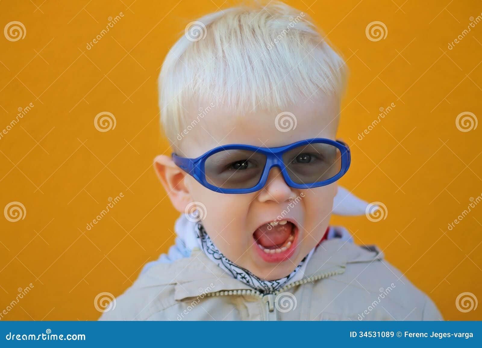 Мальчик носит стекла и он кричит