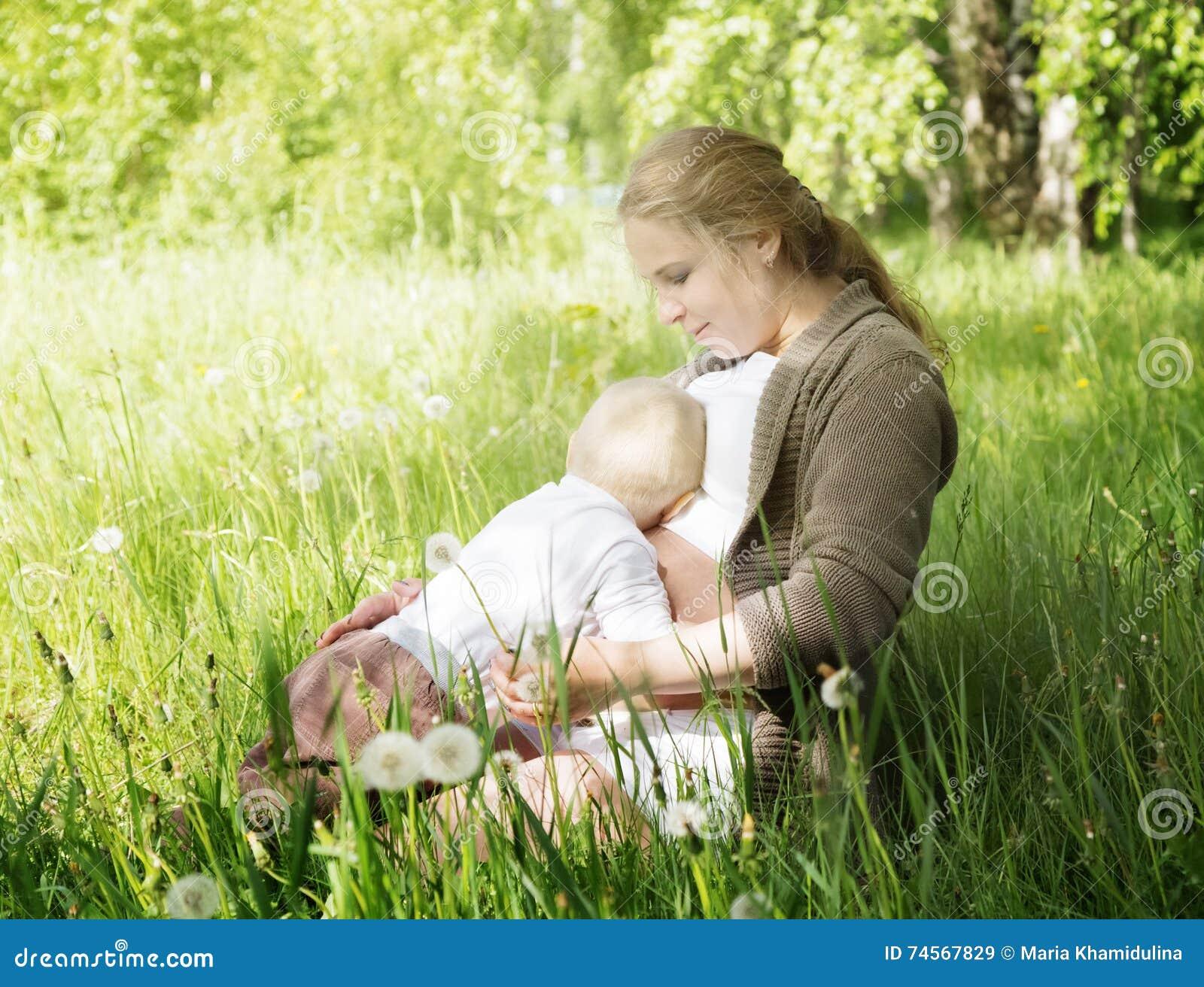 Мальчик отжал его лежа обнимающ беременную маму